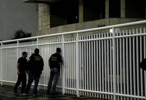 Agentes da Polícia Federal chegam ao prédio de Fernando Cavendish, no Rio Foto: Gabriel de Paiva / Agência O Globo / 30-6-2016