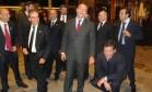 Sérgio Cabral (ao centro) se diverte com Cavendish (abaixado) e outros assessores diante do Hotel Ritz, em Paris: época de vacas gordas Foto: Reprodução