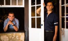 Os escritores José Mario Rodrigues e Franklin Carvalho (camisa mais escura), vencedores do Prêmio Sesc de Literatura 2016 Foto: Agência O Globo