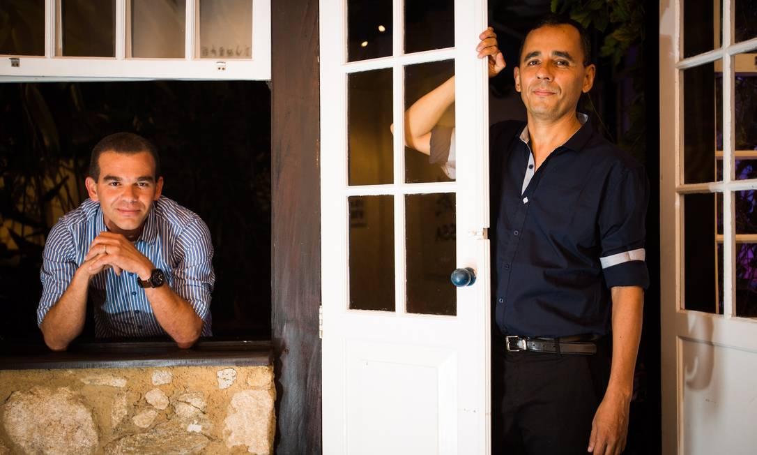Os escritores José Mario Rodrigues e Franklin Carvalho (camisa mais escura), vencedores do Prêmio Sesc de Literatura 2016. Foto: Barbara Lopes   Agencia O Globo Foto: Barbara Lopes / Agência O Globo