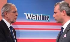 Vencedor Alexander Van der Bellen (à esq.) obteve 50,3% dos votos, contra 49,7% do candidato Norbert Hofer Foto: JOE KLAMAR / AFP