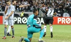 O goleiro Sidão, agachado, esbraveja com o time após gol de Robinho: sistema defensivo do Botafogo mostrou problemas contra o Atlético-MG Foto: Bruno Cantini / Atlético-MG