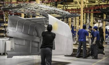 Trabalhadores em fabrica da Case New Holland em Curitiba Foto: Paulo Fridman / Bloomberg