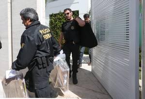 Policiais Federais deixam a residência de Milton Lyra em Brasília como parte da operação