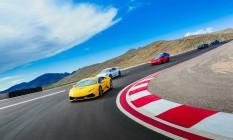 Carros de luxo na pista de alta velocidade Speed Vegas, em Las Vegas Foto: Speed Vegas / Reprodução