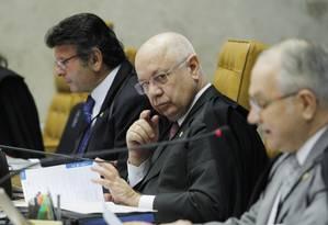 O ministro Teori Zavascki no Supremo Tribunal Federal (STF), ao lado dos ministros do STF, Luiz Edson Fachin, e Luiz Fux, durante sessão no Supremo Foto: Givaldo Barbosa / O Globo