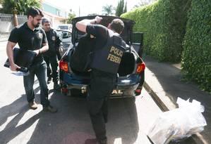 Policiais federais deixam a residência de Milton Lyra em Brasília como parte da operação Sépsis Foto: André Coelho / Agência O Globo 01/07/2016