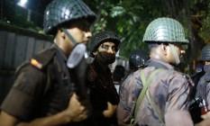 Forças de segurança vão a restaurante invadido por homens armados na área diplomática de Daca, capital de Bangladesh Foto: AP
