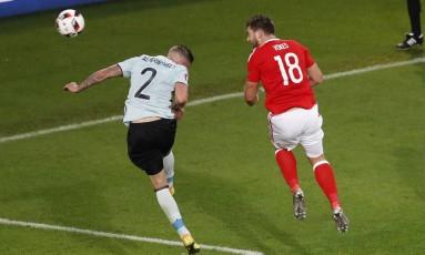 Vokes se antecipa à zaga belga para marcar o terceiro gol do País de Gales Foto: Michael Sohn / AP