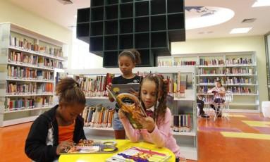 Crianças lendo na biblioteca do CCBB, no Rio Foto: Ana Branco / Agência O Globo/Arquivo