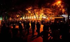 Força de segurança de Bangladesh vigiam o restaurante invadido por terroristas em Daca. Foto: STR / AFP