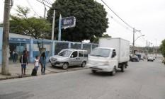 O trânsito na saída da Escola Municipal Jorge Gouvea, em Vigário Geral, exige cuidado redobrado Foto: Hermes de paula / Agência O Globo