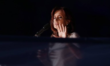 Em 2015, Christina Kirchner faz discurso de despedida em Buenos Aires Foto: Ricardo Mazalan / Agência O Globo