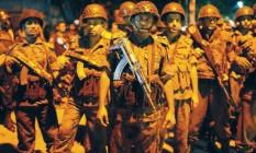 Forças de segurança de Bangladesh nas proximidades do restaurante invandido por terrorista em Daca Foto: STRINGER / REUTERS