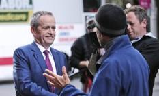 O líder do Partido Trabalhista, Bill Shorten, encontra eleitor em Sydney Foto: Rob Griffith / AP