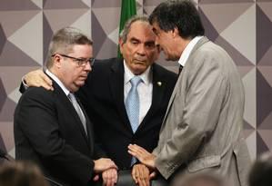 O relator, Antônio Anastasia (PSDB-MG), o presidente da comissão, Raimundo Lira (PMDB-PB), e o advogado de defesa, José Eduardo Cardozo Foto: Jorge William / Agência O Globo / 2-6-2016