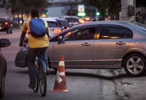 Ciclofaixa improvisada na Avenida Marquês do Paraná, no Centro: investimentos em mobilidade é uma das reivindicações dos moradores Foto: Hermes de Paula / Agência O Globo / Arquivo / 22/06/2016