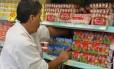 Funcionário arruma prateleira de supermercado: produtos ganharão novos rótulos a partir de domingo