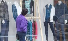 Vitrines de inverno. Com o frio maior que o esperado, consumidores buscam mais agasalhos, o que aumentou as vendas do comércio em São Paulo Foto: O Globo / Pedro Kirilos