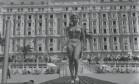 Riviera francesa. Na frente do célebre Hotel Carlton, em Cannes, a modelo, clicada pelo colunista do GLOBO Ibrahim Sued, exibe um biquíni Foto: Ibrahim Sued 03/05/1956 / Agência O Globo