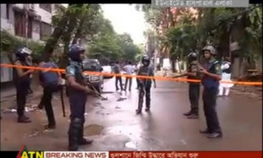 Policiais cercam a área do restaurante tomado por reféns em Daca Foto: Reuters