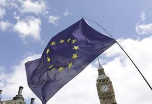 A bandeira da União Europeia em frente à torre do Big Ben, em Londres Foto: PAUL HACKETT / Paul Hackett/Reuters