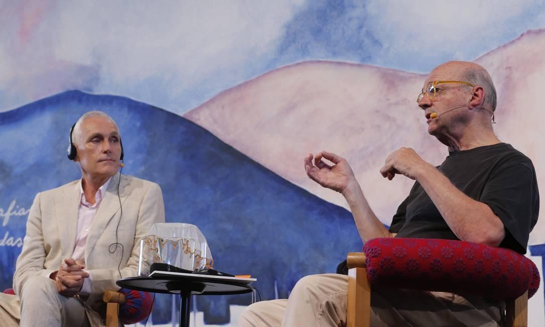 """O escritor holandês Arthur Japin (à direita) e o artista plástico Guto Lacaz participaram da mesa """"Encontro da arte com a ciência"""", neste sábado, na Flip Foto: Alexandre Cassiano / Agência O Globo"""