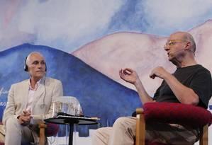 O escritor holandês Arthur Japin (à esquerda) e o artista plástico Guto Lacaz participaram da mesa