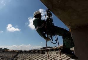 Operário trabalha na reforma do Maracanã para a Copa de 2014: orçada inicialmente em R$ 705 milhões, obra custou R$ 1,2 bilhão, com inclusão de 16 aditivos; auditores do TCE listaram irregularidades, como sobrepreço Foto: Domingos Peixoto/21-11-2012