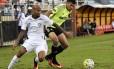 Wellington Silva disputa a bola no jogo entre Fluminense e Coritiba