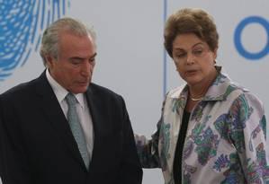 A presidente afastada, Dilma Rousseff, e o presidente interino, Michel Temer Foto: André Coelho / Agência O Globo / 7-4-2015