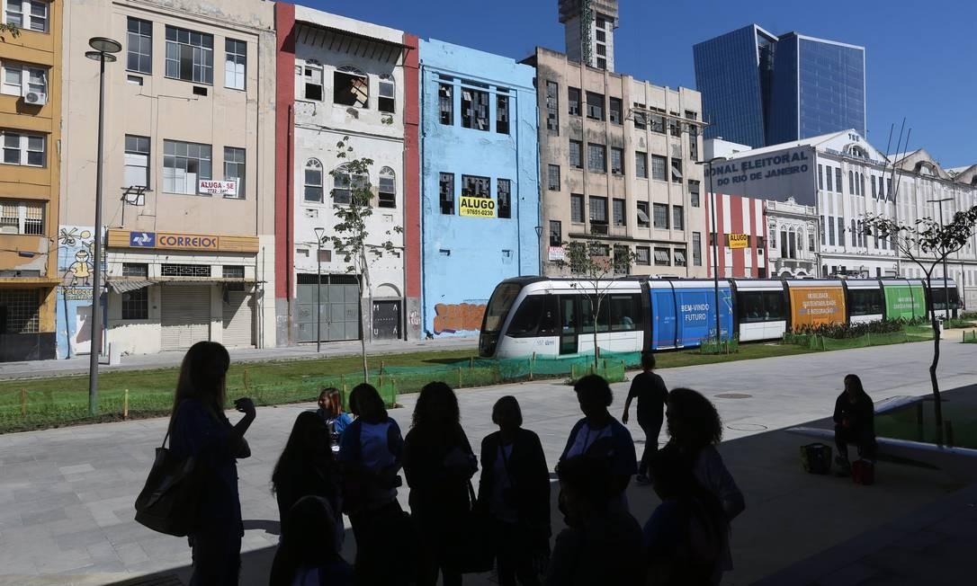 A caminho do futuro. O moderno VLT passa em frente às construções da Rodrigues Alves: avenida está em transformação Foto: / Custódio Coimbra
