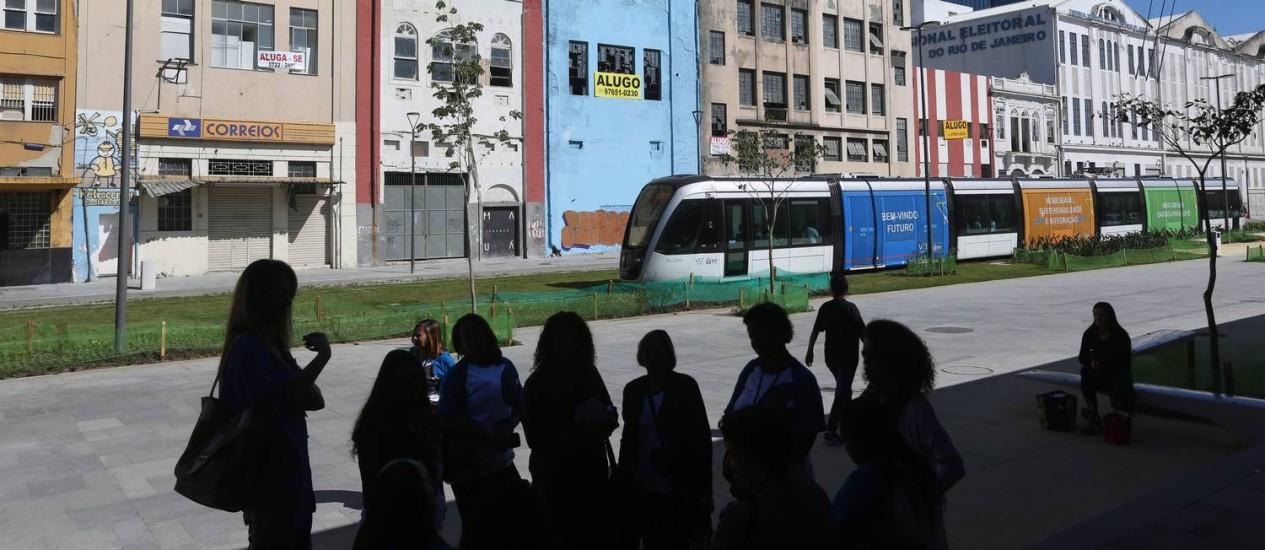 O moderno VLT passa em frente às construções da Rodrigues Alves: avenida está em transformação Foto: Custódio Coimbra / Agência O Globo