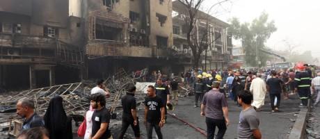 O ataque com carro-bomba aconteceu em centro comercial do distrito de Karrada, em Bagdá Foto: SABAH ARAR / AFP
