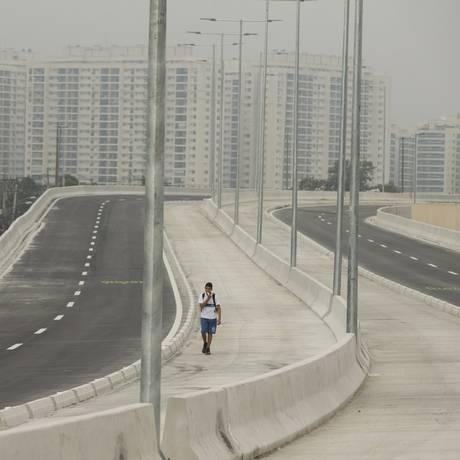 Estudante caminha no Transolímpico ainda em obras: BRTs foram apontados como maior legado dos Jogos Foto: Márcia Foletto / Agência O Globo