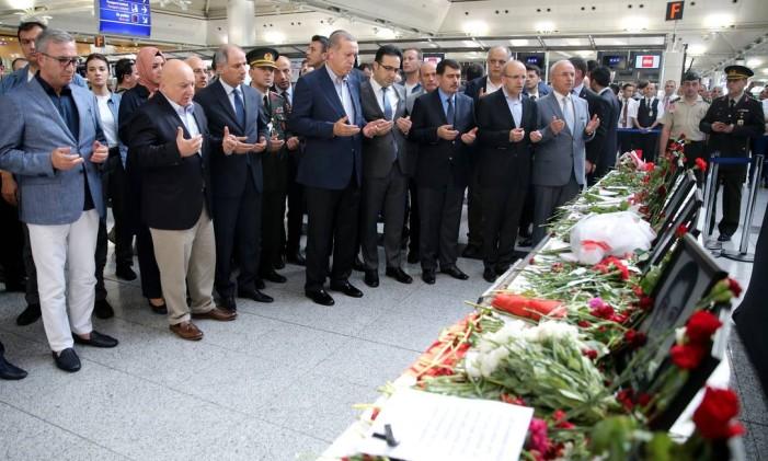 O presidente turco, Tayyip Erdogan, rezou neste sábado pelas vítimas do ataque contra o aeroporto de Istambul Foto: HANDOUT / REUTERS