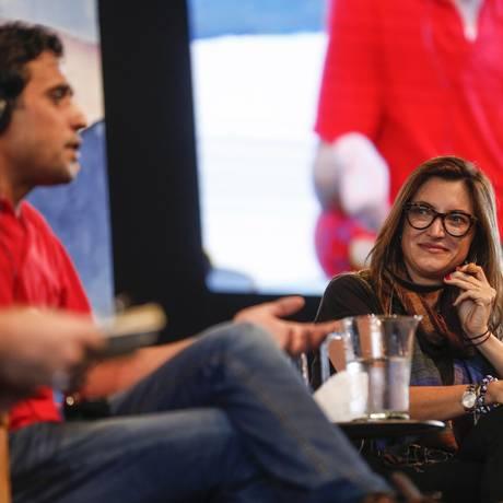 Patricia Campos Mello observa a fala de Abud Said Foto: Alexandre Cassiano / Agência O Globo