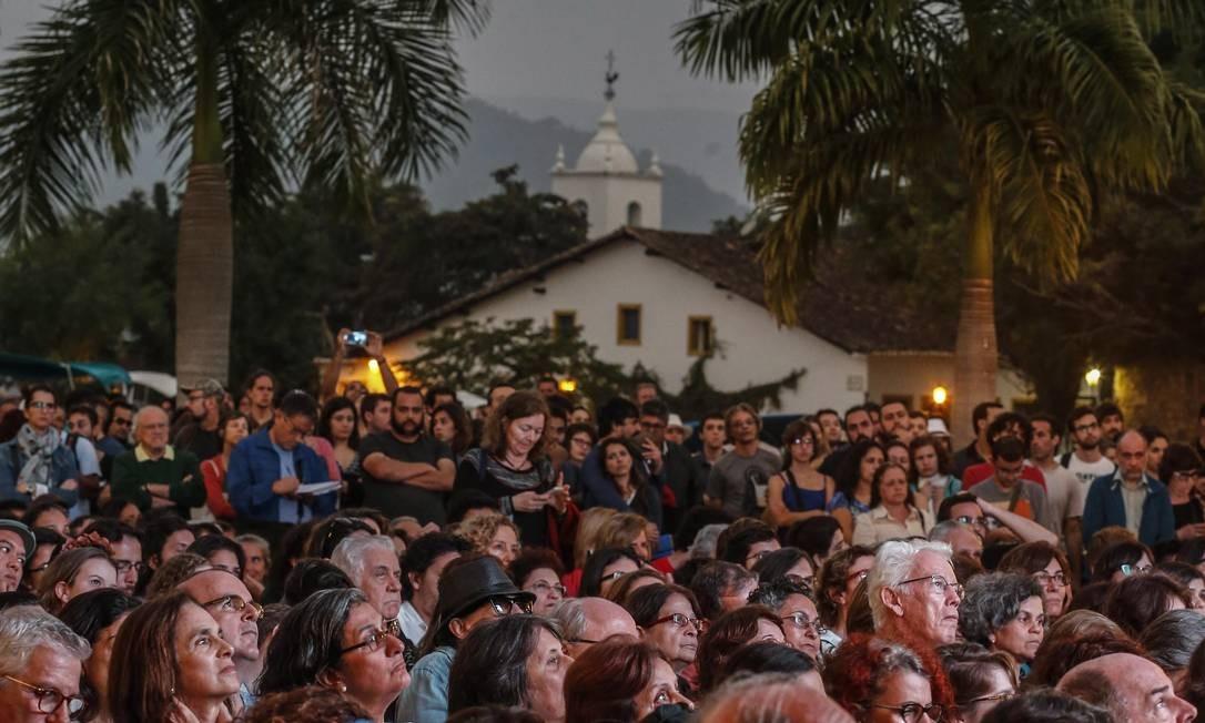 Público foi grande para assistir pelo telão à Nobel Svetlana Alekiévitch Foto: Alexandre Cassiano / Agência O Globo