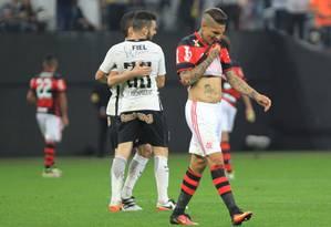 Guerrero lamenta enquanto jogadores do Corinthians comemoram na goleada sobre o Flamengo Foto: Marcos Alves / Agência O Globo