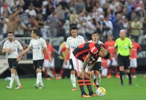 Guerrero não esconde o abatimento durante a derrota do Flamengo para o Corinthians Foto: Marcos Alves / Agência O Globo