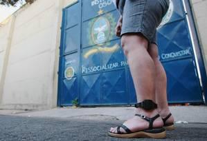 Mulher usa tornozeleira eletrônica: país tem 19 mil pessoas com monitoramento Foto: Guilherme Pinto / Agência O Globo / 14-2-2011