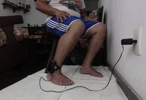 Tornozeleira eletrônica usada para monitoramento de presos Foto: Fábio Guimarães / Agência O Globo / 20-3-2014