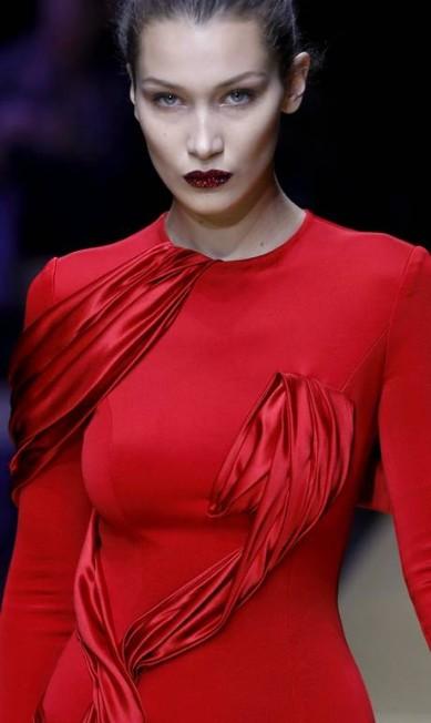 Close na beleza de Bella Hadid PATRICK KOVARIK / AFP