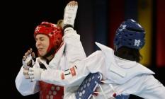 Natalia Falavigna luta contra Lee In Jong, da Coreia do Sul, na Olimpíada de Londres-2012 Foto: TOSHIFUMI KITAMURA / AFP