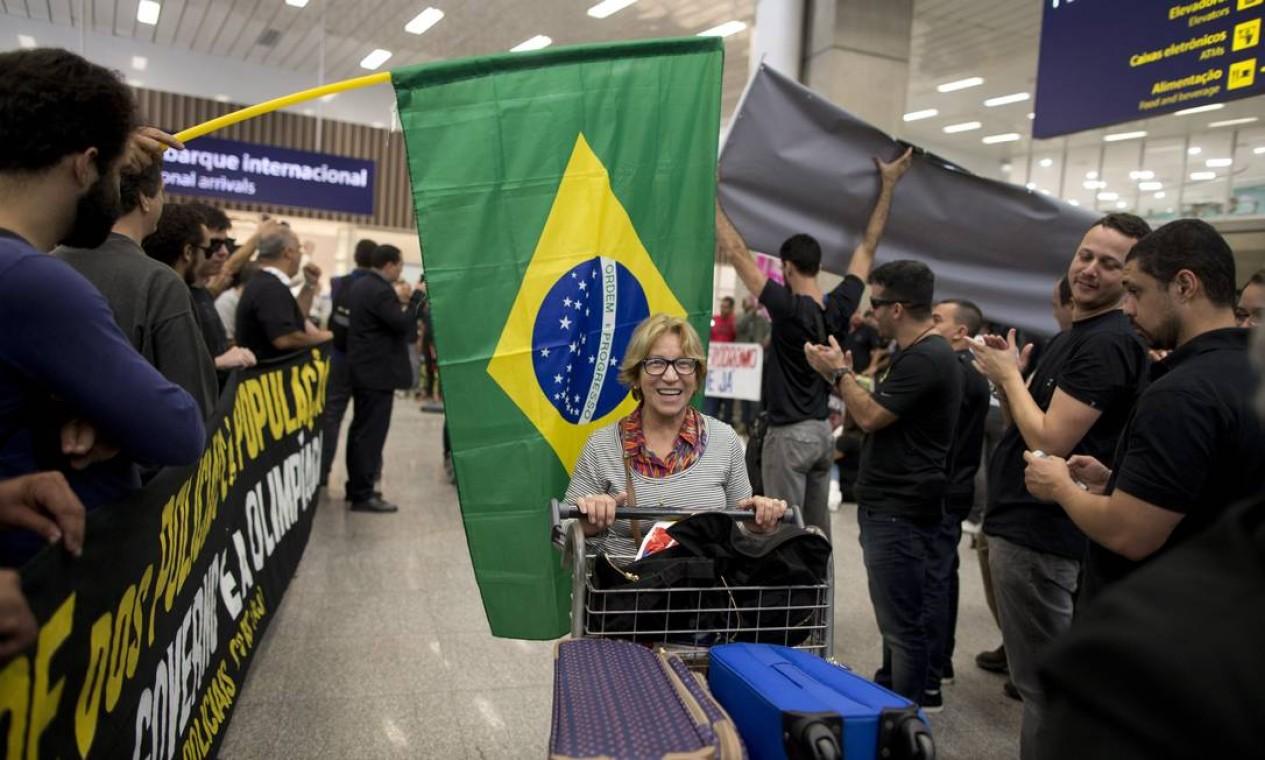 O protesto começou por volta das 6h. Com faixas e cartazes, cerca de 150 manifestantes seguiram pela lateral da Avenida Vinte de Janeiro até o aeroporto Foto: Márcia Foletto / Agência O Globo
