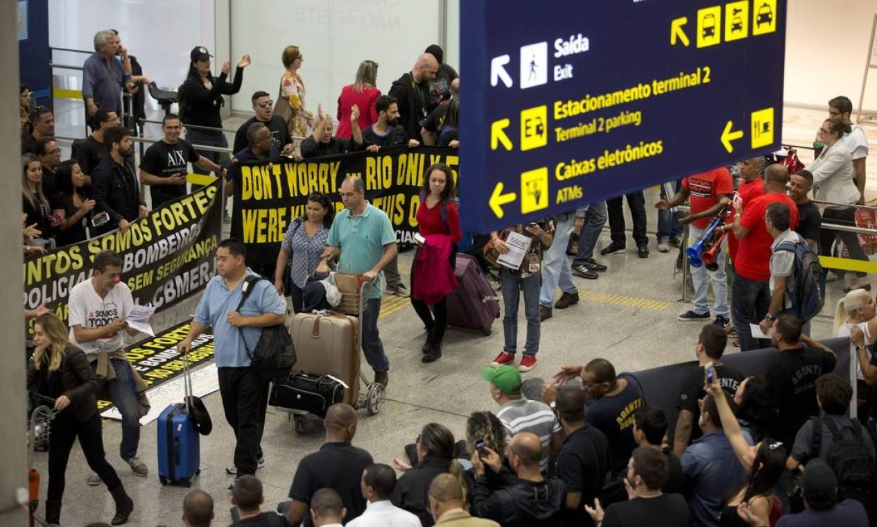 Na semana passada, um grupo de bombeiros e policiais civis e militares já havia realizado um protesto também no terminal 2 Foto: Márcia Foletto / Agência O Globo