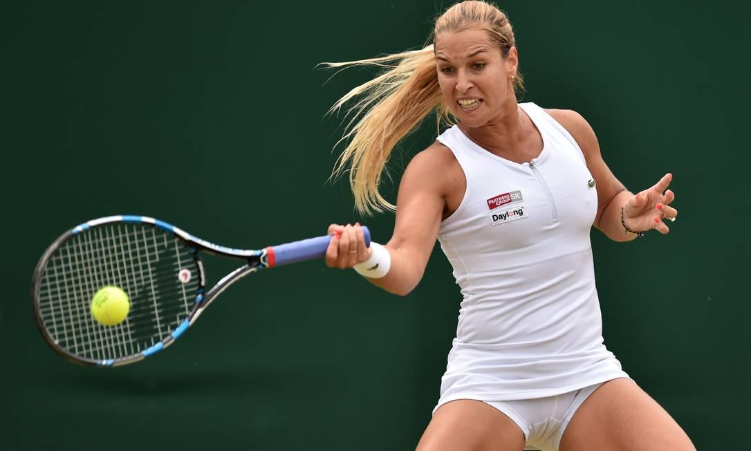 Dominika Cibulkova, da Eslováquia, enfrenta a polonesa Agnieszka Radwanska, no oitavo dia do Torneio de Wimbledon GLYN KIRK / AFP