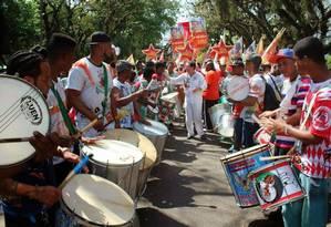 Paulo Ferreira rege escola de samba em Porto Alegre Foto: Divulgação