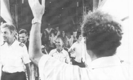 Yigal Allon (de costas), ministro das Relações Exteriores de Israel, saúda os reféns libertados em Entebe Foto: Arquivo/1976