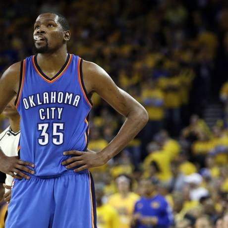 Kevin Durant com a camisa de seu agora ex-time, o Oklahoma City Thunder Foto: Marcio Jose Sanchez/AP